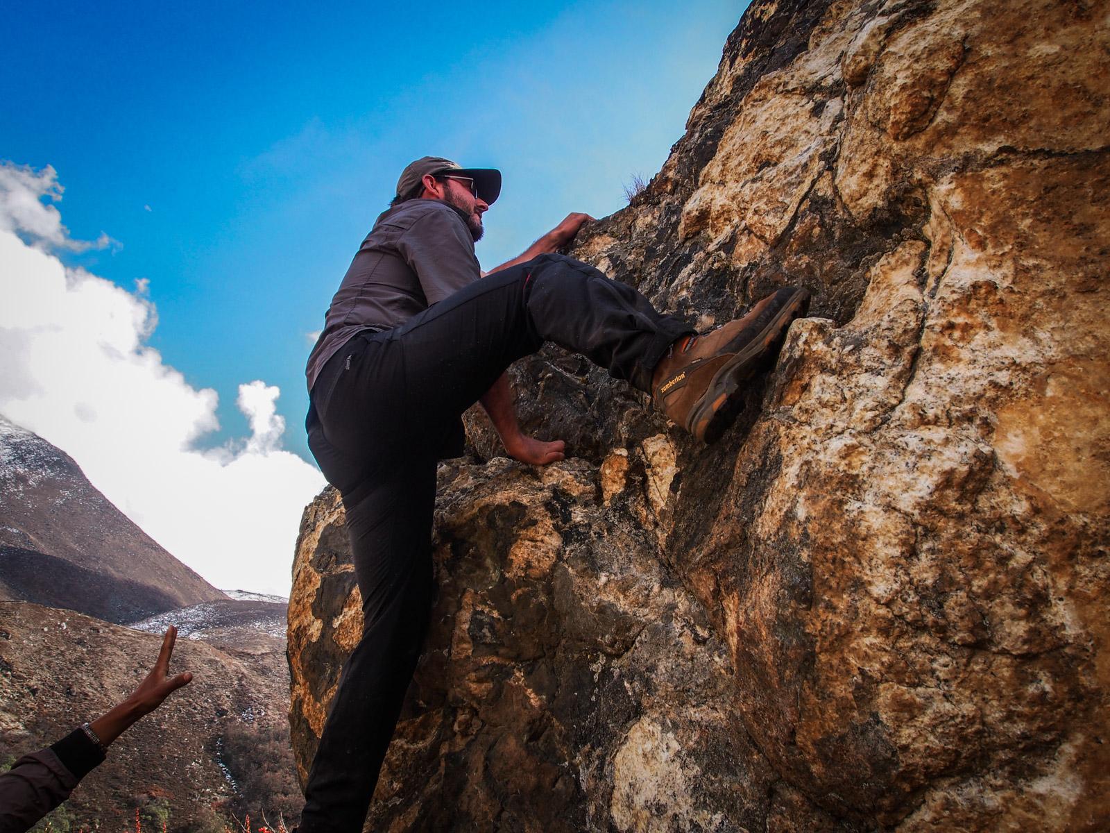 Impromptu bouldering on the way to Everest Basecamp